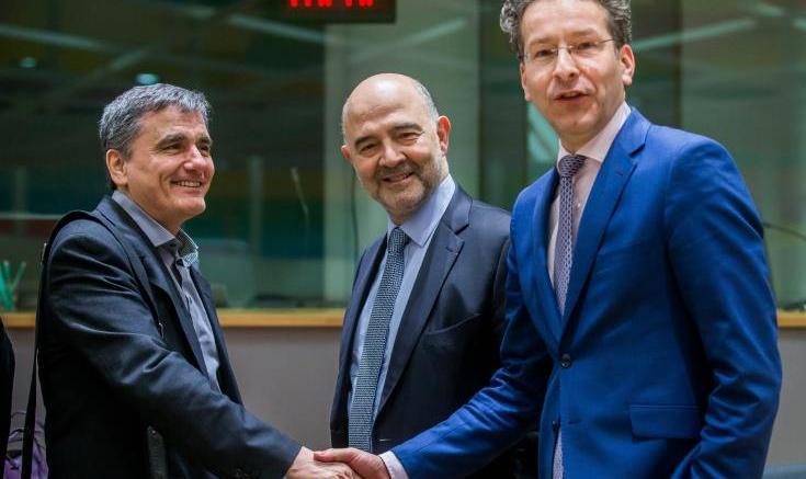 Ο υπουργός Οικονομικών, Ευκλείδης Τσακαλώτος, ο επίτροπος Οικονομικών και Νομισματικών Υποθέσεων της Ευρωπαϊκής Ένωσης, Πιερ Μοσκοβισί και ο πρόεδρος του Eurogroup, Γερούν Ντάισελμπλουμ. Φωτογραφία: ΚΥΠΕ.