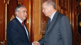 Ο ισλαμιστής πρόεδρος της Τουρκίας Ταγίπ Ερντογάν με τον κατοχικό ηγέτη Μουσταφά Ακιντζί. Φωτογραφία ΤΟΥΡΚΙΚΗ ΠΡΟΕΔΡΙΑ