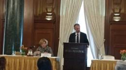 Η Αμερικανίδα πρέσβης Ντόχερτι με τον υφυπουργό Κοέν, στο συνέδριο της ΠΣΕΚΑ. Φωτογραφία via Twitter