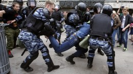 Russian police officers detain a participant of an unauthorized opposition rally in Tverskaya street in central Moscow, Russia, on Russia Day, 12 June 2017. Russian liberal opposition leader and anti-corruption blogger Alexei Navalny has called his supporters to hold a protest in Tverskaya Street, which leads to the Kremlin, instead of the authorized by Moscow officials Sakharov avenue. According to news reports on 12 June 2017 citing his wife Yuliya Navalnaya, Alexei Navalny has been arrested ahead of planned protests in Moscow. EPA/SERGEI CHIRIKOV