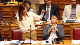 File Photo: Ο ΥΠΟΙΚ Ευκλείδης Τσακαλώτος (Δ) και η υπουργός Εργασίας Κοινωνικής Ασφάλισης και Κοινωνικής Αλληλεγγύης Έφη Αχτσιόγλου (Α) στην Ολομέλεια, της Βουλής. ΑΠΕ-ΜΠΕ, Αλέξανδρος Μπελτές