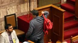 Ο υπουργός Οικονομικών Ευκλείδης Τσακαλώτος με το κόκκινο σακίδιό του στη Βουλή. ΑΠΕ-ΜΠΕ, Αλέξανδρος Μπελτές