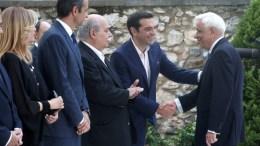 Ο Πρόεδρος της Δημοκρατίας Προκόπης Παυλόπουλος (Δ) χαιρετάει τον πρωθυπουργό Αλέξη Τσίπρα (2Δ) και τους πολιτικούς αρχηγούς στη δεξίωση για την 43η επέτειο από την αποκατάσταση της Δημοκρατίας στο Προεδρικό Μέγαρο, Αθήνα, τη Δευτέρα 24 Ιουλίου 2017. ΑΠΕ-ΜΠΕ, ΣΥΜΕΛΑ ΠΑΝΤΖΑΡΤΖΗ