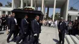 Μία κιθάρα στολισμένη με λουλούδια κείτεται πάνω από το φέρετρο με τη σορό της Αρλέτας κατά τη διάρκεια της κηδείας της από τον Ιερό Ναό Αγίων Θεοδώρων, στο Α΄ Νεκροταφείο Αθηνών, την Πέμπτη 10 Αυγούστου 2017. Έφυγε από τη ζωή, σε ηλικία 72 ετών, η Αρλέτα, μετά από σοβαρά προβλήματα υγείας που αντιμετώπιζε τους τελευταίους μήνες. Η αγαπημένη τραγουδοποιός νοσηλευόταν στη Μονάδα Αυξημένης Φροντίδας του νοσοκομείου Ευαγγελισμός.ΑΠΕ-ΜΠΕ/ΣΥΜΕΛΑ ΠΑΝΤΖΑΡΤΖΗ