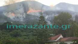 Η φωτιά έφτασε λίγα χιλιόμετρα πάνω από τα χωριά Πηγαδάκια και Καλλιθέα. Στο σημείο έφτασαν όλες οι πυροσβεστικές δυνάμεις του νησιού. Φωτογραφία imerazante.gr