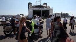 Παραθεριστές επιβιβάζονται σε πλοίο που ταξιδεύει προς Κυκλάδες, Πειραιάς. Χιλιάδες Αθηναίοι και τουρίστες ξεκινούν τις διακοπές τους εκμεταλλευόμενοι το πρώτο Σαββατοκύριακο του Αυγούστου. AΠΕ-ΜΠΕ/ΟΡΕΣΤΗΣ ΠΑΝΑΓΙΩΤΟΥ.