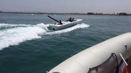 Το πλοίο C-Star, το οποίο έχουν ναυλώσει Ευρωπαίοι ακροδεξιοί, οι οποίοι θέλουν να εμποδίσουν τη διακίνηση μεταναστών ανοικτά της Λιβύης, ακινητοποιήθηκε σήμερα στα χωρικά ύδατα της Τυνησίας. Φωτογραφία: ΚΥΠΕ.