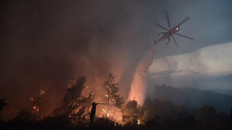 Μαίνεται η πυρκαγιά στον Κάλαμο όπου κάηκαν σπίτια.  ΦΩΤΟΓΡΑΦΙΑ ΠΡΩΤΟ ΘΕΜΑ
