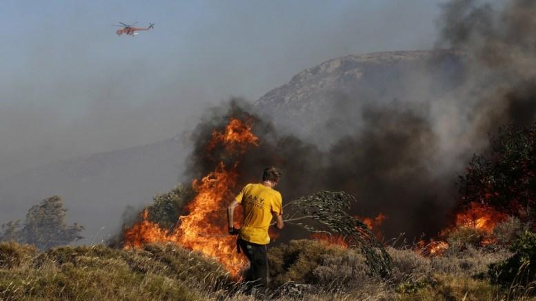 ΦΩΤΟΓΡΑΦΙΑ ΑΡΧΕΙΟΥ. Ένας εθελοντής παλεύει με τις φλόγες κατά τη διάρκεια πυρκαγιάς. ΑΠΕ-ΜΠΕ/ΓΙΑΝΝΗΣ ΚΟΛΕΣΙΔΗΣ