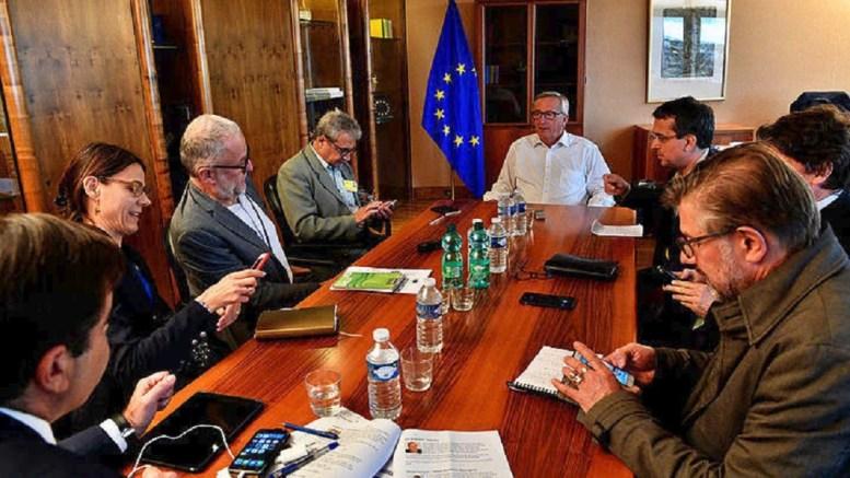 Ο κ. Γιούγκερ με Ευρωπαίους δημοσιογράφους. Φωτογραφία ΑΠΕ-ΜΠΕ
