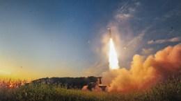Mετά την εκτόξευση του πυραύλου από την Πιονγκγιάνγκ, οι ένοπλες δυνάμεις της Νότιας Κορέας προχώρησαν σε πυραυλική δοκιμή ως απάντηση για την προκλητική ενέργεια. EPA, SOUTH KOREA DEFENSE MINISTRY HANDOUT, EDITORIAL USE ONLY