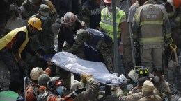 Rescue workers rescue corpses in the debris of collapsed buildings in Mexico City, Mexico, 20 September 2017. At least 224 people have died in the states of Morelos, Puebla and Mexico following a powerful 7.1 earthquake that struck central Mexico.  EPA, Jose Mendez