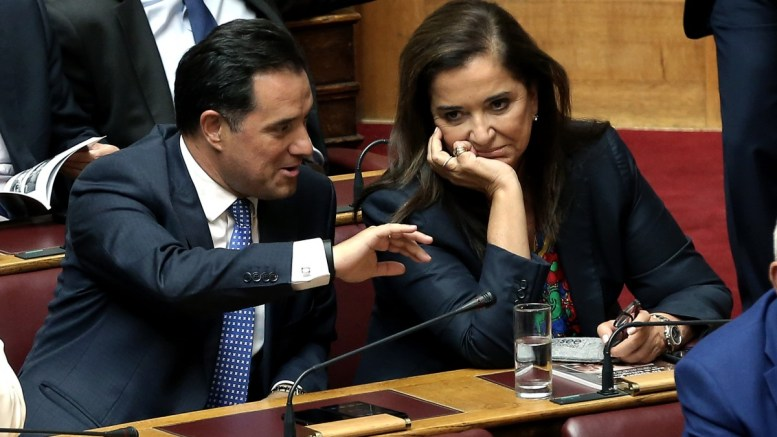 Ο αντιπρόεδρος της ΝΔ Άδωνις Γεωργιάδης (Α) και η βουλευτής της ΝΔ Ντόρα Μπακογιάννη (Δ) συνομιλούν στην Ολομέλεια της Βουλής στη συζήτηση επί της προτάσεως που κατέθεσαν ο αρχηγός της Αξιωματικής Αντιπολίτευσης και πρόεδρος της ΝΔ Κυριάκος Μητσοτάκης και οι βουλευτές του κόμματός του, για σύσταση Εξεταστικής Επιτροπής, σχετικά με τη διερεύνηση της εμπλοκής του Υπουργού Εθνικής Άμυνας Πάνου Καμμένου και άλλων στελεχών και λειτουργών σε εκκρεμή δικαστική υπόθεση, τη Δευτέρα 25 Σεπτεμβρίου 2017. ΑΠΕ-ΜΠΕ, ΣΥΜΕΛΑ ΠΑΝΤΖΑΡΤΖΗ