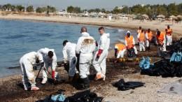 """Άνδρες του Λιμενικού και συνεργεία καθαρισμού εργάζονται για την απορρύπανση από το μαζούτ, στην παραλία της Γλυφάδας, Σάββατο 16 Σεπτεμβρίου 2017. Το πετρέλαιο διέρρευσε από το ναυάγιο του πετρελαιοφόρου πλοίου """"Αγία Ζώνη ΙΙ"""" το οποίο βούλιαξε την περασμένη Κυριακή στη Σαλαμίνα. ΑΠΕ-ΜΠΕ/ Αλέξανδρος Μπελτές"""