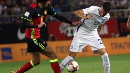 """Ο παίκτης της Εθνικής Ελλάδος, Ανδρέας Σάμαρης (Δ), διεκδικεί την κατοχή της μπάλας από τον παίκτη της Εθνικής Βελγίου, Marouane Fellaini (Α), κατά τη διάρκεια του αγώνα ποδοσφαίρου Ελλάδα-Βέλγιο για την 8η αγωνιστική της προκριματικής φάσης του Παγκοσμίου Κυπέλλου 2018, που διεξήχθη στο στάδιο """"Γ. Καραϊσκάκης"""", στο Φάληρο, Κυριακή 3 Σεπτεμβρίου 2017. ΑΠΕ-ΜΠΕ, ΠΑΝΑΓΙΩΤΗΣ ΜΟΣΧΑΝΔΡΕΟΥ"""
