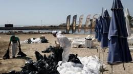 Συνεργεία  καθαρίζουν  την παραλία του Άγιου Κοσμά αφού η πετρελαιοκηλίδα έφτασε στις ακτές μετά το ναυάγιο του πλοίου στο Σαρωνικό. Δευτέρα 18 Σεπτεμβρίου 2017 ΑΠΕ-ΜΠΕ/ΑΠΕ-ΜΠΕ/ΘΑΝΑΣΗΣ ΚΑΜΒΥΣΗΣ