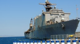 """Το αμερικάνικο πολεμικό πλοίο """"USS Carter Hall LSD 50"""", Timothy Carter, που κατέπλευσε στο λιμάνι της Ρόδου την περασμένη Τρίτη 29 Αυγούστου 2017 και αναχώρησε σήμερα από το νησί, με προορισμό τις ΗΠΑ, Σάββατο 2 Σεπτεμβρίου 2017. Ο πλοίαρχος Timothy Carter είπε, ότι το αμερικανικό πολεμικό πλοίο, βρισκόταν σε αποστολή εδώ και έξι ολόκληρους μήνες και θα επιστρέψει στην βάση του, που είναι η Βιρτζίνια των ΗΠΑ. Σύμφωνα με τον πλοίαρχο, το πλοίο έχει συμμετοχή σε πολεμικές επιχειρήσεις και αποστολές. ΑΠΕ ΜΠΕ/STR"""
