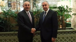 Ο Τούρκος υπουργός Εξωτερικών Μεβλούτ Τσαβούσογλου με τον Μουσταφά Ακιντζί. Φωτογραφία via Twitter.