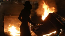 Ομάδα νεαρών έχει βάλει φωτιά σε κάδους, κατά την διάρκεια της αντιφασιστικής πορείας στη μνήμη του Παύλου Φύσσα,  ΑΠΕ-ΜΠΕ/ΟΡΕΣΤΗΣ ΠΑΝΑΓΙΩΤΟΥ