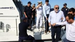 ΦΩΤΟΓΡΑΦΙΑ ΑΡΧΕΙΟΥ. Ο υπουργός Ναυτιλίας και Νησιωτικής Πολιτικής Παναγιώτης Κουρουμπλής (2ος Δ) επισκέπτεται παράκτιες περιοχές του Πειραιά, όπου έχουν παρουσιαστεί κομμάτια πετρελαιοκηλίδας μετά τη βύθιση του δεξαμενόπλοιου «ΑΓ.ΖΩΝΗ ΙΙ» στον Σαρωνικό, Πέμπτη 14 Σεπτεμβρίου 2017. ΑΠΕ-ΜΠΕ / ΑΛΕΞΑΝΔΡΟΣ ΜΠΕΛΤΕΣ