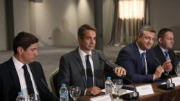 Ο πρόεδρος της ΝΔ Κυριάκος Μητσοτάκης (2ος Α) συναντήθηκε με τους εκπροσώπους των επιμελητηρίων της πόλης, ενόψει της 82ης ΔΕΘ, που πραγματοποιήθηκε στο ξενοδοχείο LAZART. Θεσσαλονίκη, Δευτέρα 4 Σεπτεμβρίου 2017. ΑΠΕ ΜΠΕ/PIXEL/ΣΩΤΗΡΗΣ ΜΠΑΡΜΠΑΡΟΥΣΗΣ