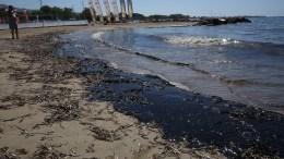 """Η θάλασσα έχει ξεβράσει μαζούτ στη δημοτική πλαζ του Δήμου Ελληνικού μετά το ναυάγιο του πετρελαιοφόρου """"Αγία Ζώνη ΙΙ"""". ΑΠΕ-ΜΠΕ/ΟΡΕΣΤΗΣ ΠΑΝΑΓΙΩΤΟΥ"""