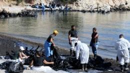 Συνεργείο καθαρίζει την παραλία του Λιμνιώνα της Σαλαμίνας από την ρύπανση που προκλήθηκε από το ναυάγιο του δεξαμενόπλοιου Αγια Ζώνη ΙΙ , Παρασκευή 22 Σεπτεμβρίου 2017. ΑΠΕ-ΜΠΕ/Παντελής Σαίτας