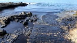 Πετρελαιοκηλίδα στην περιοχή της Κυνόσουρας της Σαλαμίνας. ΑΠΕ-ΜΠΕ/Παντελής Σαίτας