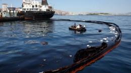 ΦΩΤΟΓΡΑΦΙΑ ΑΡΧΕΙΟΥ. Συνεργεία καθαρισμού εργάζονται για την απορρύπανση από το μαζούτ. ΑΠΕ-ΜΠΕ / ΑΛΕΞΑΝΔΡΟΣ ΜΠΕΛΤΕΣ