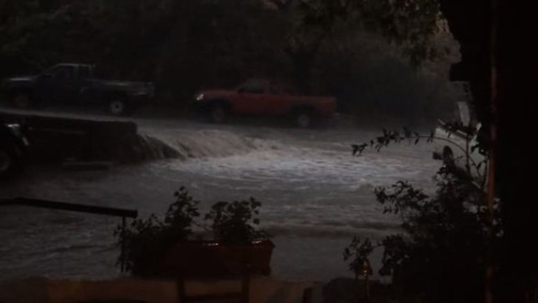 Πλημμυρισμένος δρόμος στην Σαμοθράκη. Φωτογραφία ΠΡΩΤΟ ΘΕΜΑ.