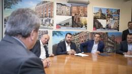 """Ο πρωθυπουργός, Αλέξης Τσίπρας (2ος Δ) συναντήθηκε με τον πρόεδρο των στούντιο """"Cinespace"""" στο Τορόντο Στέλιο Μιρκόπουλο (Α), στο Σικάγο, Κυριακή 15 Οκτωβρίου 2017. Ο πρωθυπουργός, Αλέξης Τσίπρας πραγματοποιεί πενθήμερη επίσκεψη στις ΗΠΑ.ΑΠΕ-ΜΠΕ, ΓΡΑΦΕΙΟ ΤΥΠΟΥ ΠΡΩΘΥΠΟΥΡΓΟΥ, Andrea Bonetti"""