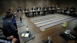 Ο πρωθυπουργός Αλέξης Τσίπρας στη συνάντηση με ομογενείς επιχειρηματίες στο Σικάγο. Φωτογραφία via Twitter