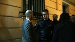 Ο γιος του δολοφονηθέντος Νώντας Ζαφειρόπουλος (Κ) συνομιλεί με μέλη του Δικηγορικού Συλλόγου Αθηνών (ΔΣΑ) κατά την σιωπηλή διαμαρτυρία έξω από το γραφείο του δολοφονηθέντος Μιχάλη Ζαφειρόπουλου, την Παρασκευή 13 Οκτωβρίου 2017. ΑΠΕ ΜΠΕ, ΟΡΕΣΤΗΣ ΠΑΝΑΓΙΩΤΟΥ