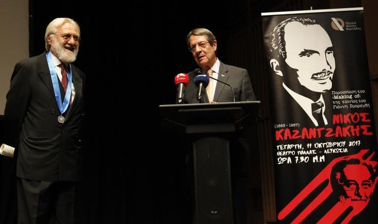 O πρόεδρος  Αναστασιάδης τιμά τον σκηνοθέτη Γιάννη Σμαραγδή, Φωτογραφία ΚΥΠΕ.