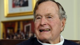 Former US President George H.W. Bush in his office in Houston, Texas, USA, 29 March 2012. According to his spokesman, former US President George Bush senior had a fall in his home in Maine, USA, on 15 July 2015 and broke a vertebrae in his neck. He was admitted to hospital but doctors say he will be fine, just having to wear a neck brace.  EPA/LARRY W. SMITH