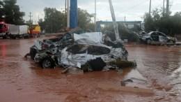 Κατεστραμμένα αυτοκίνητα διακρίνονται μέσα σε πλημμυρισμένο από λάσπη δρόμο, στη Μάνδρα Αττικής, μετά τις καταρρακτώδεις βροχές που έπληξαν την περιοχή, Τετάρτη 15 Νοεμβρίου 2017.Τους 15 έφτασαν μέχρι στιγμής οι νεκροί από τη σφοδρή κακοκαιρία στη Μάνδρα, τα Μέγαρα και τη Νέα Πέραμο. Οι τελευταίοι δύο νεκροί είναι ένας άνδρας που αναζητείτο από το πρωί και ανασύρθηκε από υπόγειο οικίας, στη συμβολή των οδών Παπαδιαμάντη και Ομήρου, και μία γυναίκα, η οποία εντοπίστηκε σε εξωτερικό χώρο επιχείρησης, στη συμβολή Αγίας Αικατερίνης και Ρόκα, στη Μάνδρα. ΑΠΕ - ΜΠΕ, ΠΑΝΤΕΛΗΣ ΣΑΙΤΑΣ