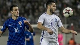 Ο παίκτης της Ελλάδας Κώστας Μανωλάς (Δ), μάχεται για την μπάλα με τον παίκτη της Κροατίας Nikola Kalinic (Α), κατά τη διάρκεια του 2ου αγώνα των Πλέι οφ του Μουντιάλ 2018, μεταξύ Ελλάδας-Κροατίας, την Κυριακή 12 Νοεμβρίου 2017, στο Γήπεδο Καραϊσκάκη. ΑΠΕ-ΜΠΕ, ΠΑΝΑΓΙΩΤΗΣ ΜΟΣΧΑΝΔΡΕΟΥ