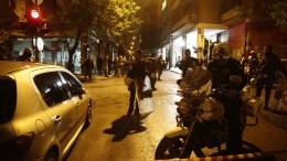 Αστυνομικοί έξω από τα γραφεία του ΠΑΣΟΚ μετά τους πυροβολισμούς, στην οδό Χαριλάου Τρικούπη, στα Εξάρχεια, Δευτέρα 6 Νοεμβρίου 2017. Σύμφωνα με μαρτυρίες εργαζομένων στα γραφεία, άγνωστοι, διερχόμενοι με ΙΧ αυτοκίνητο, άνοιξαν πυρ κατά των γραφείων και της διμοιρίας των ΜΑΤ που βρίσκεται έξω από το κτίριο, μέσα στο οποίο βρίσκονταν περίπου 30 άνθρωποι υπάλληλοι και στελέχη του ΠΑΣΟΚ. Επί τόπου μετέβησαν αξιωματικοί της Ασφάλειας για να διευκρινίσουν τι συνέβη, ενώ αναζητούνται οι δράστες. ΑΠΕ-ΜΠΕ/ΑΠΕ-ΜΠΕ/ΓΙΑΝΝΗΣ ΚΟΛΕΣΙΔΗΣ