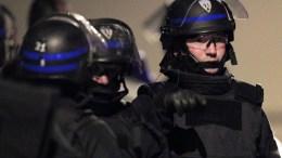 Φωτογραφία Αρχείου French special intervention police officers. EPA/GUILLAUME HORCAJUELO FRENCH LAW REQUIRES THAT THE IDENTITY OF POLICE OFFICERS BE MASKED AT PUBLICATION WITHIN FRANCE