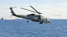 Ελικόπτερο του ναυτικού στην άσκηση «Μέδουσα 5», με φόντο το αιγυπτιακό ελικοπτεροφόρο κλάσης Mistral. ΑΠΕ- ΜΠΕ/ ΓΡΑΦΕΙΟ ΤΥΠΟΥ ΥΠΕΘΑ /STR