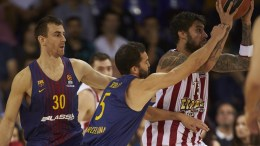 Olympiacos Pireaus' forward Georgios Printezis (R) in action against Victor Claver (L) and Pau Ribas (C) both of FC Barcelona Lassa during their Euroleague basketball match played at the Blaugrana Palace in Barcelone, Spain, 03 November 2017. EPA/ALEJANDRO GARCIA