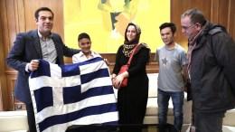Ο πρωθυπουργός Αλέξης Τσίπρας κρατά την Ελληνική σημαία με τον 11χρονο Αμίρ από το Αφγανιστάν, και τη μητέρα του, που αν και είχε κληρωθεί να είναι σημαιοφόρος, κατά την παρέλαση της 28ης Οκτωβρίου, κράτησε τελικά την ταμπέλα του σχολείου του, Σάββατο 4 Νοεμβρίου 2017. ΑΠΕ-ΜΠΕ/ΓΡΑΦΕΙΟ ΤΥΠΟΥ ΠΡΩΘΥΠΟΥΡΓΟΥ/ΣΥΜΕΛΑ ΠΑΝΤΖΑΡΤΖΗ