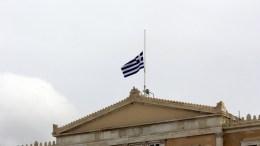 Η σημαία στη Βουλή κυματίζει μεσίστια.  ANA-MPA/ANA-MPA/Αλέξανδρος Μπελτές