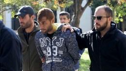 Αστυνομικοί μεταφέρουν τον συλληφθέντα καθ' ομολογία δολοφόνο του Μιχάλη Ζαφειρόπουλου από το γραφείο του ανακριτή , Πέμπτη 2 Νοεμβρίου 2017. ΑΠΕ-ΜΠΕ/Παντελής Σαίτας