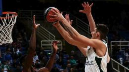 Ο παίκτης του Παναθηναϊκού, Κωνσταντίνος Μήτογλου (Δ), επιχειρεί καλάθι υπό την πίεση του παίκτη των Τρικάλων, Κένταλ Φέισι (Α), κατά τη διάρκεια του αγώνα μπάσκετ Παναθηναϊκός Superfoods-Τρίκαλα BC Aries, για την 7η αγωνιστική της Basket League, που διεξήχθη στο Ολυμπιακό Αθλητικό Κέντρο Αθηνών, Αθήνα, Κυριακή 3 Δεκεμβρίου 2017. ΑΠΕ-ΜΠΕ/ ΑΠΕ-ΜΠΕ/ ΠΑΝΑΓΙΩΤΗΣ ΜΟΣΧΑΝΔΡΕΟΥ