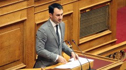 ΦΩΤΟΓΡΑΦΙΑ ΑΡΧΕΙΟΥ. O αναπληρωτής υπουργός Οικονομίας και Ανάπτυξης Αλέξανδρος Χαρίτσης μιλάει στην Ολομέλεια της Βουλής. ΑΠΕ-ΜΠΕ/Αλέξανδρος Μπελτές