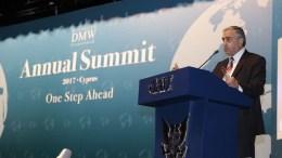 Ο κατοχικός ηγέτης Μουσταφά Ακιντζί στο παράνομο «αμερικανικό πανεπιστήμιο» Κερύνειας. Φωτογραφία ΚΥΠΕ, Ο.ΑSIK