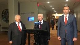 Δέσμη ιδεών παρουσίασε ο κύριος Νίμιτς στους δύο  διαπραγματευτές της Ελλάδας και της ΠΓΔΜ, πρέσβεις Αδαμάντιο Βασιλάκη και Βάσκο Ναουμόφσκι που παρακολουθούν ανέκφραστοι τις δηλώσεις του   Φωτογραφία  Λένα Αργύρη