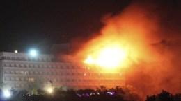 Το ξενοδοχείο, που βρίσκεται στην κορυφή ενός λόφου στη δυτική Καμπούλ, έχει βυθιστεί στο σκοτάδι και φλόγες ξεπηδούν από τη στέγη. Photo via Twitter