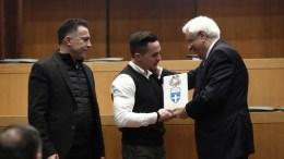 Ο Πρόεδρος της Δημοκρατίας Προκόπιος Παυλόπουλος (Δ) βραβεύει τον χρυσό ολυμπιονίκη και παγκόσμιο πρωταθλητή στους κρίκους Λευτέρη Πετρούνια (Κ), κατά τη διάρκεια της ετήσιας εκδήλωσης βράβευσης των κορυφαίων αθλητών του 2017, στο Αμφιθέατρο της ΕΟΕ, την Τρίτη 9 Ιανουαρίου 2018. Στην εκδήλωση τιμήθηκαν και οι συντελεστές των Τελετών της Ολυμπιακής Φλόγας, μαζί με τους χορηγούς που στηρίζουν το έργο της ΕΟΕ ΑΠΕ ΜΠΕ/ΑΠΕ ΜΠΕ/ΑΛΕΞΑΝΔΡΟΣ ΒΛΑΧΟΣ